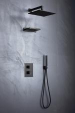 Juoda potinkinė dušo sistema Palazzani Track color, su termostatiniu maišytuvu