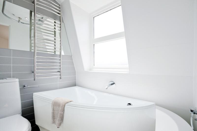 Asimetrinė akrilinė vonia Besco PRAKTIKA